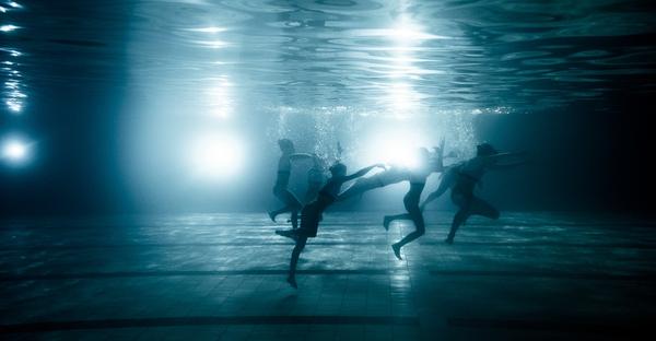 """Xem """"người xếp hình"""" dưới bể bơi trong chùm ảnh dưới nước 6"""
