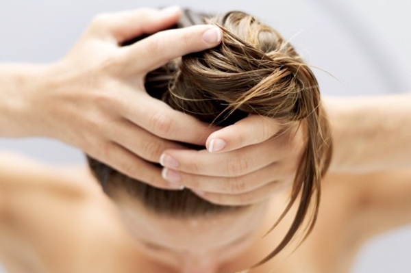 Sử dụng dầu gội sai cách sẽ đe dọa mái tóc của bạn 2
