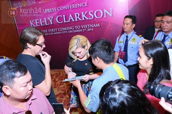 Kelly Clarkson rạng rỡ ra mắt báo giới Việt Nam 15