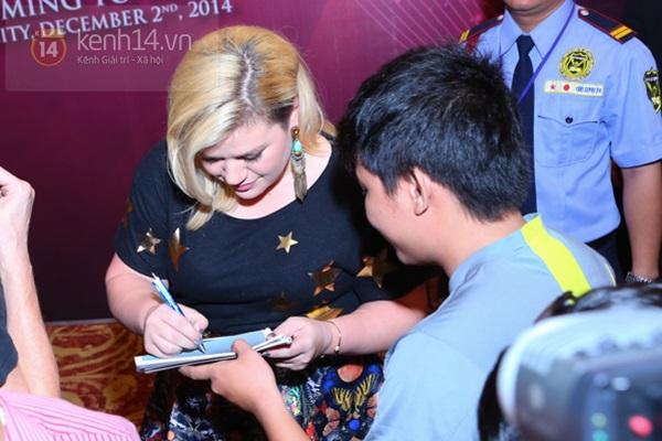 Kelly Clarkson rạng rỡ ra mắt báo giới Việt Nam 16