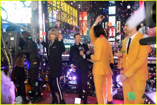 """Taylor Swift, Idina Menzel, One Direction """"oanh tạc"""" sân khấu đón 2015 23"""