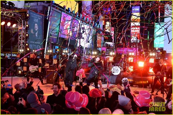 """Taylor Swift, Idina Menzel, One Direction """"oanh tạc"""" sân khấu đón 2015 4"""