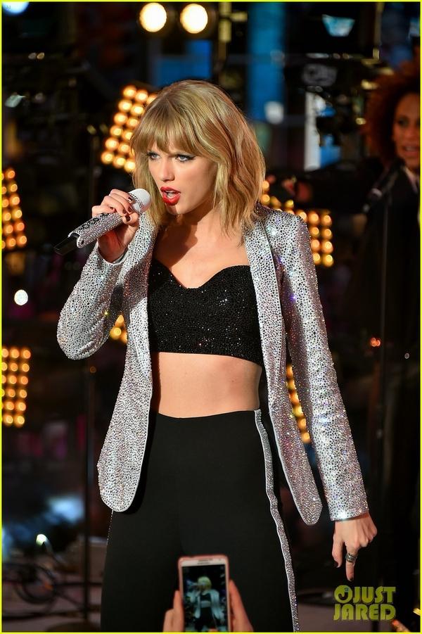 """Taylor Swift, Idina Menzel, One Direction """"oanh tạc"""" sân khấu đón 2015 15"""