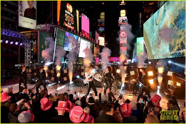 """Taylor Swift, Idina Menzel, One Direction """"oanh tạc"""" sân khấu đón 2015 18"""