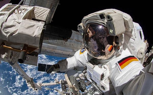 """Xem ảnh các phi hành gia """"tự sướng"""" từ không gian"""