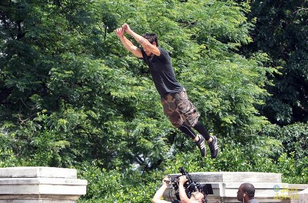 """""""Người Sói"""" Taylor Lautner trổ tài nhảy xa 3"""