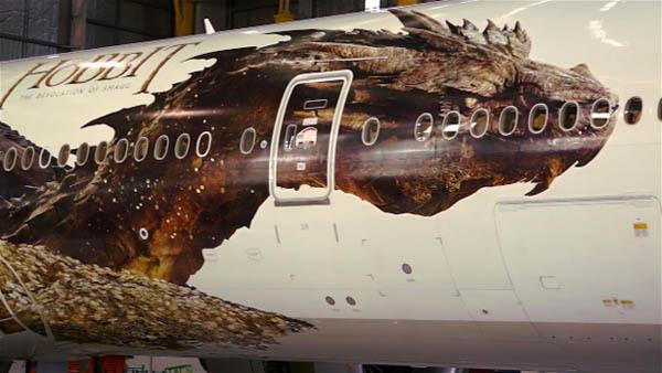"""Rồng khổng lồ của """"The Hobbit"""" chu du thế giới cùng Boeing 777 1"""