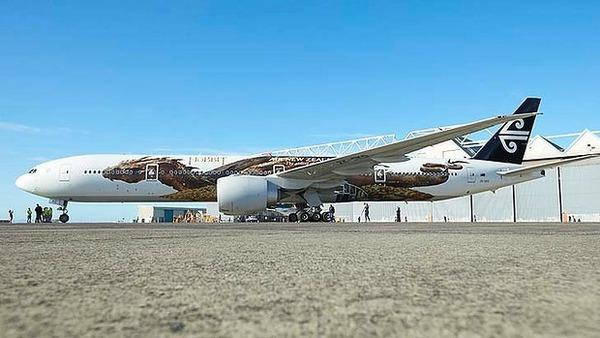 """Rồng khổng lồ của """"The Hobbit"""" chu du thế giới cùng Boeing 777 2"""