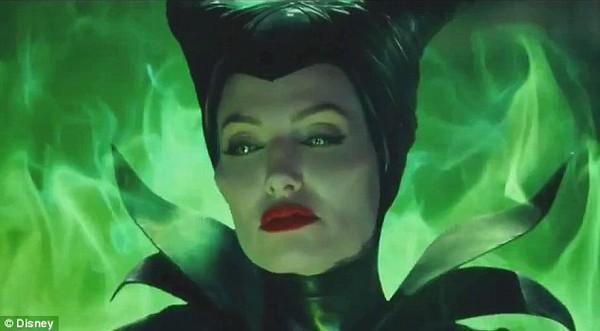 Phù thủy Maleficent (Angelina Jolie) buông lời nguyền đáng sợ 1