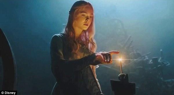 Phù thủy Maleficent (Angelina Jolie) buông lời nguyền đáng sợ 3