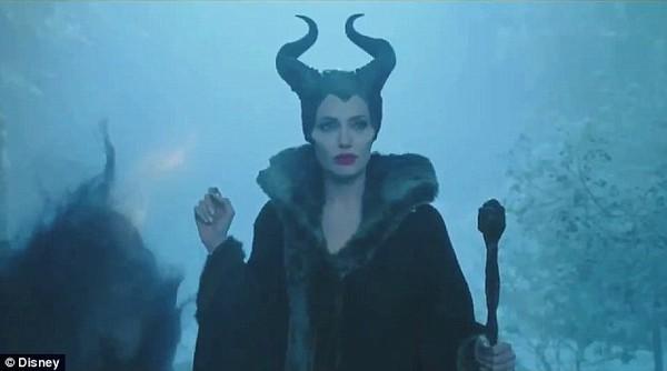 Phù thủy Maleficent (Angelina Jolie) buông lời nguyền đáng sợ 6