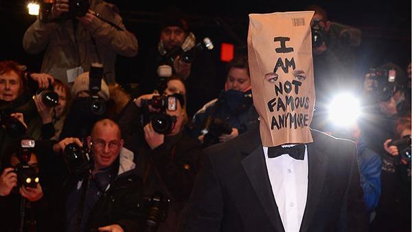 """Tài tử """"Transformers"""" trùm túi giấy đi quảng bá phim 1"""