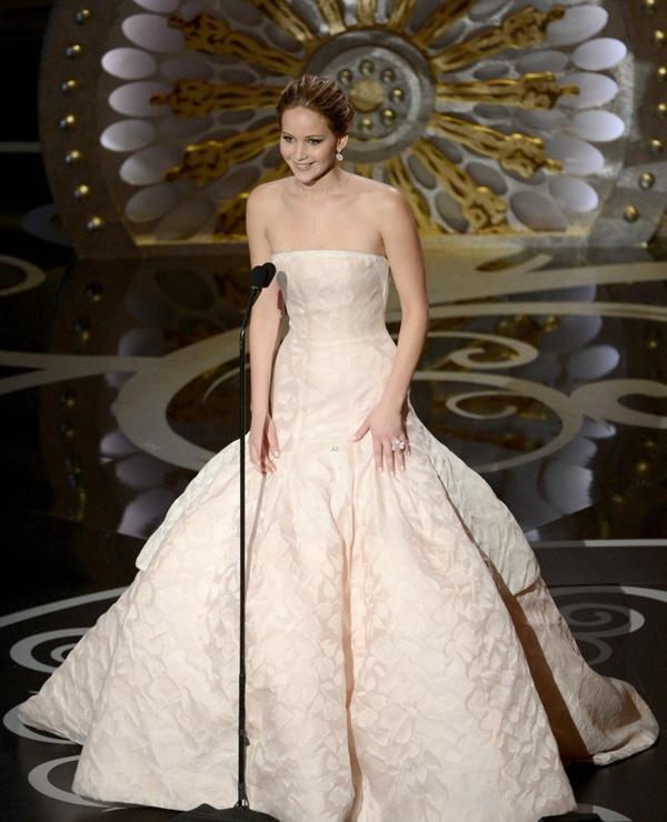 """""""Argo"""" vô địch Oscar, Nữ chính xuất sắc vấp ngã khi lên nhận giải 49"""