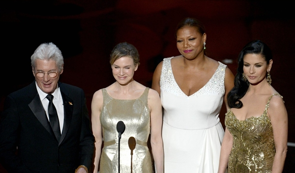 """""""Argo"""" vô địch Oscar, Nữ chính xuất sắc vấp ngã khi lên nhận giải 43"""