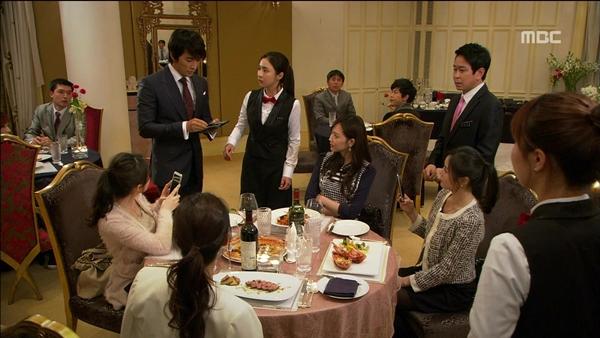 Song Seung Hun ném cả nắm tiền cứu người đẹp 2