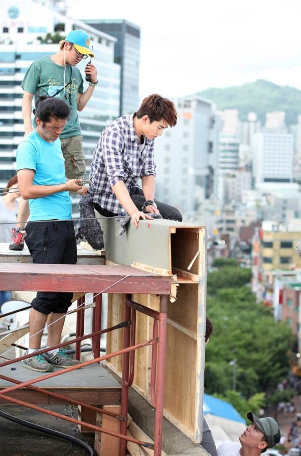 Taecyeon (2PM) bị treo lơ lửng trên nóc nhà 7