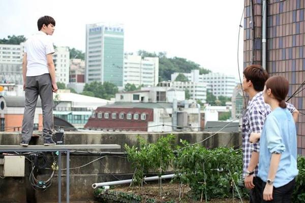 Taecyeon (2PM) bị treo lơ lửng trên nóc nhà 1