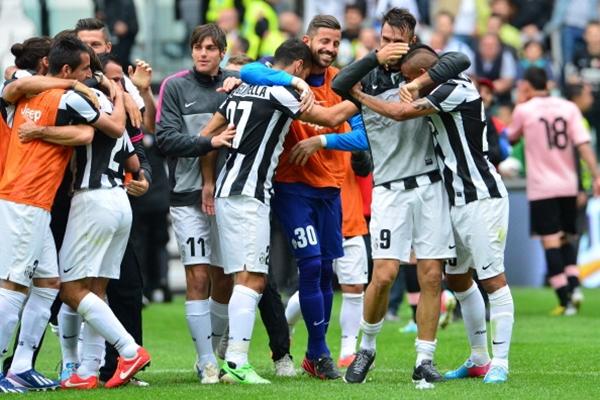 Chùm ảnh Juventus trong ngày lên ngôi tại Serie A 11