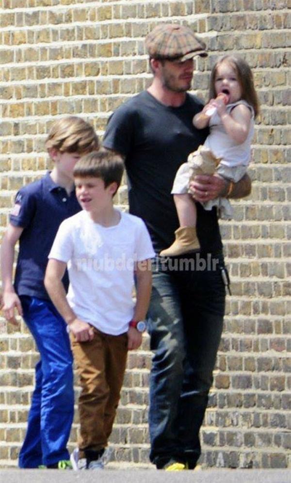 Ngộ nghĩnh ảnh bé Harper Seven bón kem cho bố Beckham 1