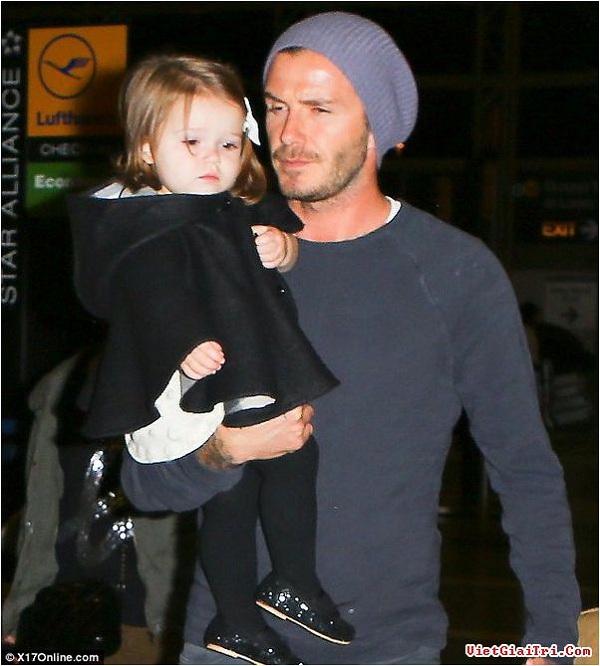 Ngộ nghĩnh ảnh bé Harper Seven bón kem cho bố Beckham 7