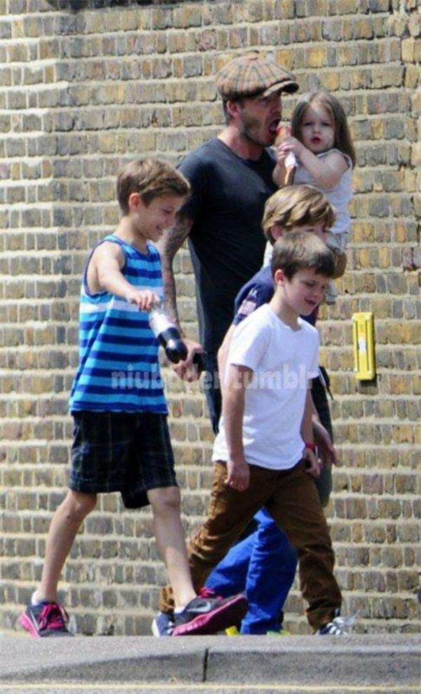 Ngộ nghĩnh ảnh bé Harper Seven bón kem cho bố Beckham 2