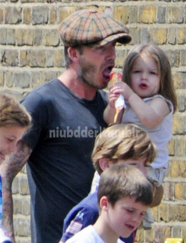 Ngộ nghĩnh ảnh bé Harper Seven bón kem cho bố Beckham 3
