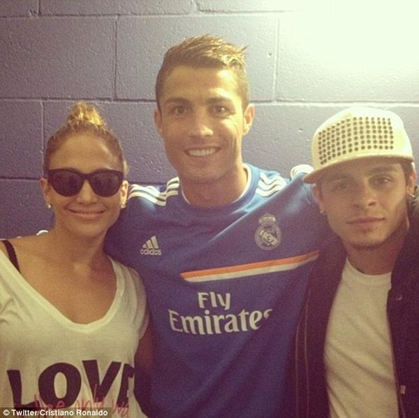 "Ronaldo khoe ảnh ""tíu tít"" bên cạnh Jennifer Lopez 2"