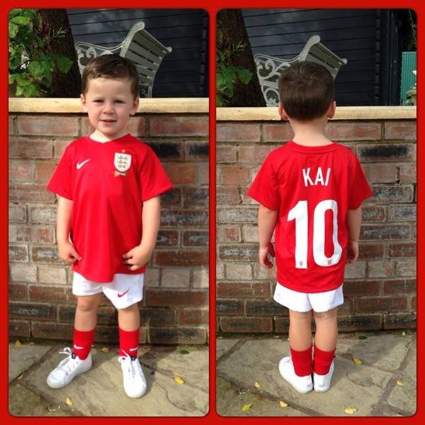 """Quý tử nhà Rooney cực """"cute"""" trong trang phục tuyển Anh 2"""