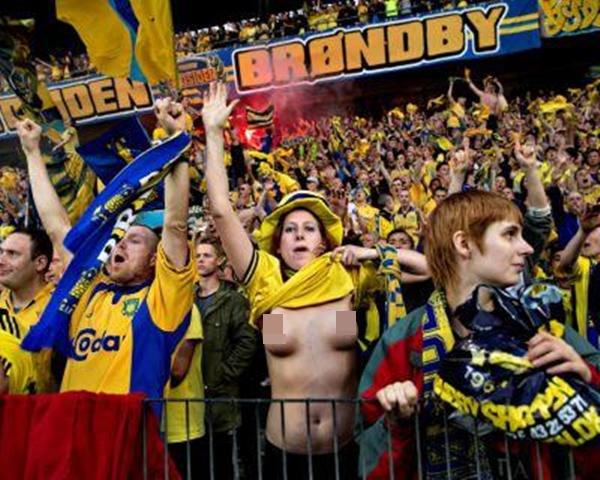 Fan nữ vô tư cởi trần ngay trên khán đài mừng chiến thắng đội nhà 3