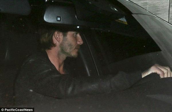 Ngộ nghĩnh loạt ảnh Beckham gặm tay, tranh bú ti giả của bé Harper Seven 13