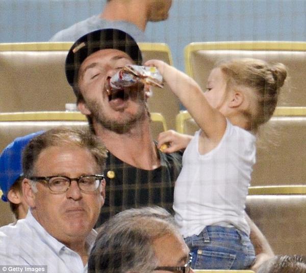 Ngộ nghĩnh loạt ảnh Beckham gặm tay, tranh bú ti giả của bé Harper Seven 4