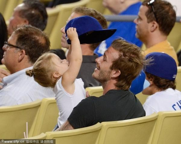 Ngộ nghĩnh loạt ảnh Beckham gặm tay, tranh bú ti giả của bé Harper Seven 5