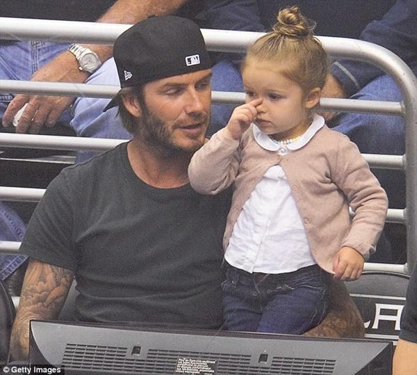 Ngộ nghĩnh loạt ảnh Beckham gặm tay, tranh bú ti giả của bé Harper Seven 7