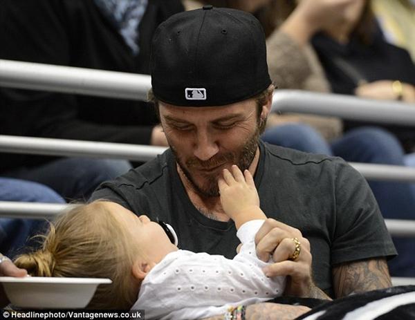 Ngộ nghĩnh loạt ảnh Beckham gặm tay, tranh bú ti giả của bé Harper Seven 2