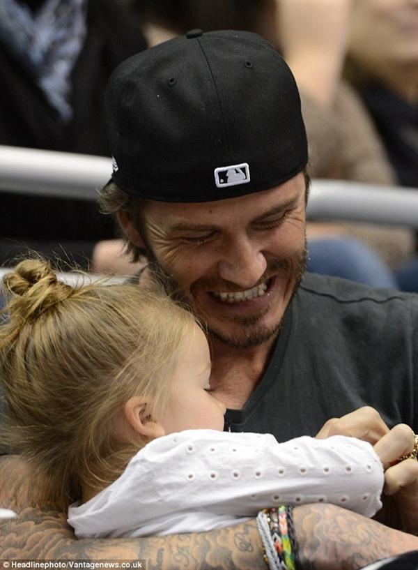 Ngộ nghĩnh loạt ảnh Beckham gặm tay, tranh bú ti giả của bé Harper Seven 3