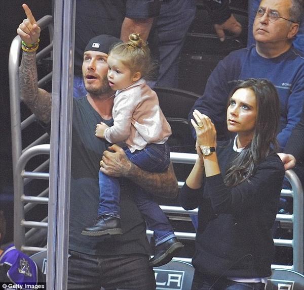 Ngộ nghĩnh loạt ảnh Beckham gặm tay, tranh bú ti giả của bé Harper Seven 10