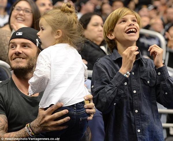 Ngộ nghĩnh loạt ảnh Beckham gặm tay, tranh bú ti giả của bé Harper Seven 11