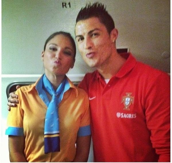 """Ronaldo chu môi """"pose"""" ảnh bên nữ tiếp viên hàng không 1"""