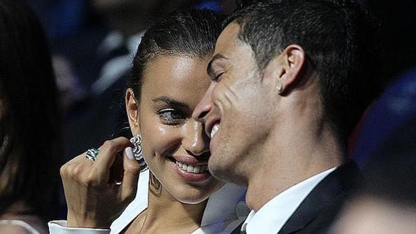 """Ronaldo chu môi """"pose"""" ảnh bên nữ tiếp viên hàng không 2"""