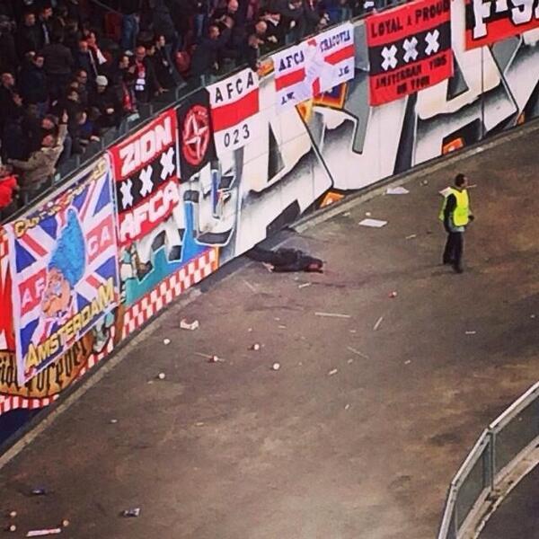 Tai nạn khi ăn mừng bàn thắng, fan Ajax rơi tự do từ độ cao 10 mét 1