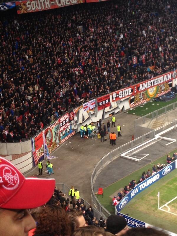 Tai nạn khi ăn mừng bàn thắng, fan Ajax rơi tự do từ độ cao 10 mét 2