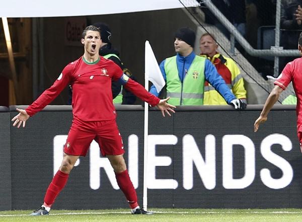 """Fan Ronaldo điên tiết khi thần tượng của mình bị """"nguyền rủa"""" bằng búp bê hình nhân 4"""