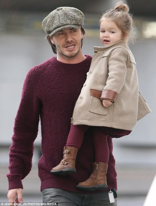 Bé Harper Seven tươi rói dạo phố bên bố Beckham 1