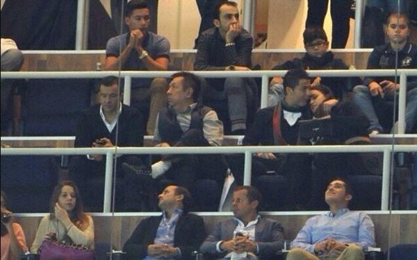 Ronaldo vô tư âu yếm bạn gái nơi công cộng 1