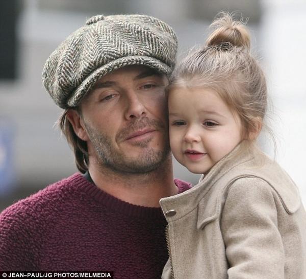 Bé Harper Seven tươi rói dạo phố bên bố Beckham 2