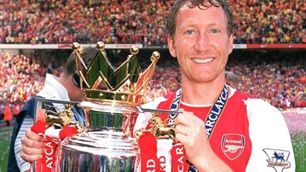 Nhậu nhẹt thả cửa, hút thuốc phì phèo, Arsenal vẫn giành cú đúp danh hiệu 3