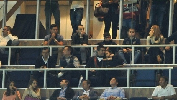 Ronaldo vô tư âu yếm bạn gái nơi công cộng 2