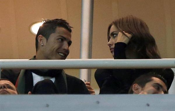 Ronaldo vô tư âu yếm bạn gái nơi công cộng 3