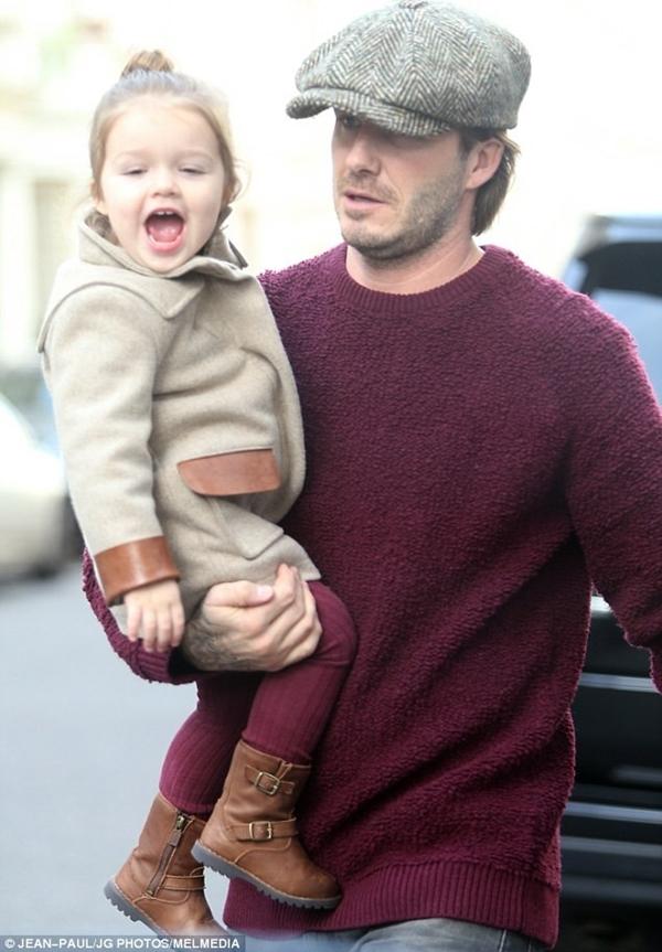 Bé Harper Seven tươi rói dạo phố bên bố Beckham 4