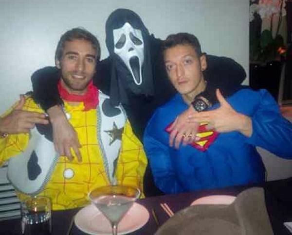 Mesut Ozil hóa Superman cực ngầu trong tiệc Giáng sinh của Arsenal 7